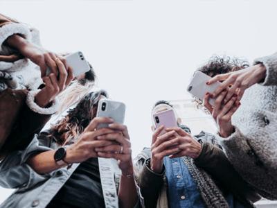 Akıllı telefonlardan sosyal medya hesaplarına giren gençler
