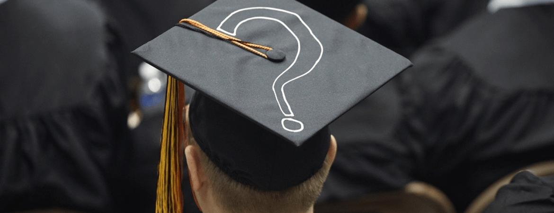 Öğrenci kepi üzerinde soru işareti resmi